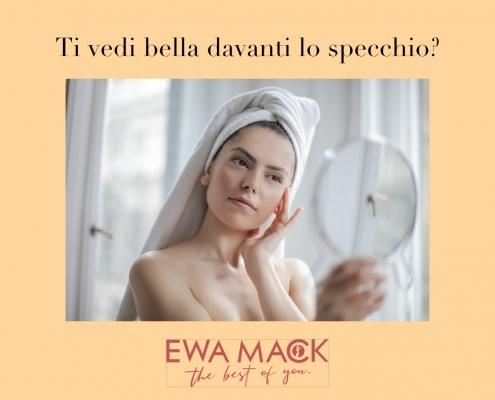 foto donna davanti allo specchio che guarda il viso